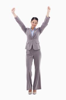 Ritratto di una donna di affari felice che propone con le braccia in su