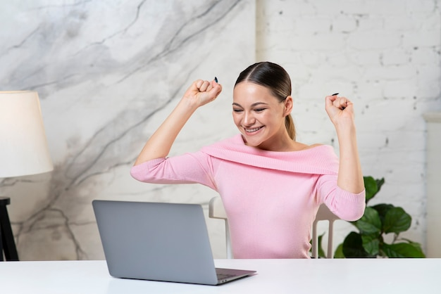 Ritratto di felice allegra ragazza eccitata, giovane donna di successo guardando lo schermo del suo computer portatile