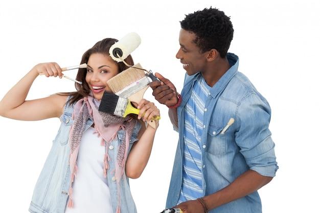 Ritratto di una coppia felice con strumenti di pittura