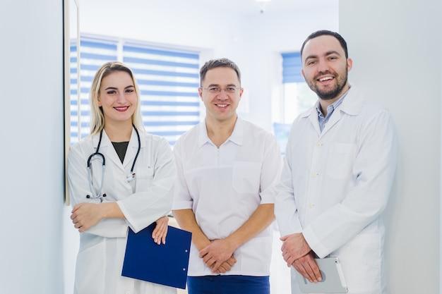 Ritratto di felice cowerkers con appunti mentre si trovava in ospedale