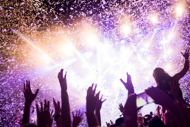 Ritratto di una folla danzante felice che si diverte al festival musicale