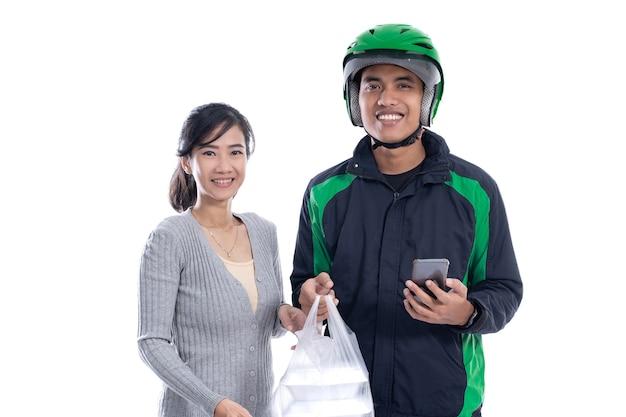 Ritratto di corriere consegna felice sorridente isolato su sfondo bianco