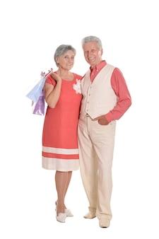 Ritratto di una coppia anziana felice e borse della spesa