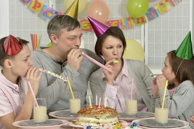 Ritratto di una famiglia felice che festeggia il compleanno a casa