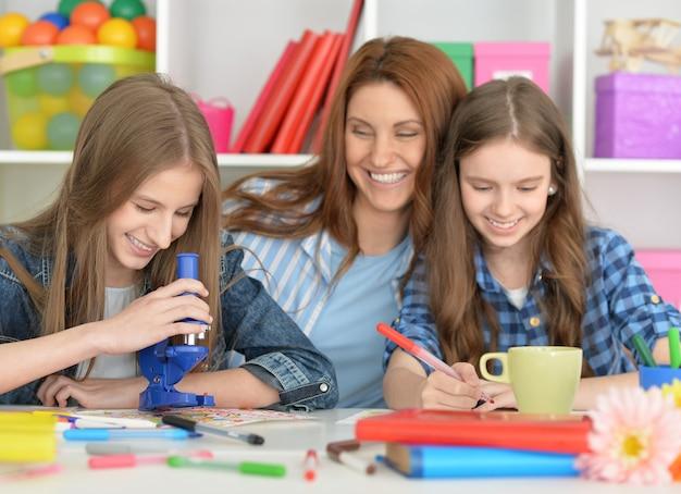 Ritratto di famiglia felice che fa i compiti insieme