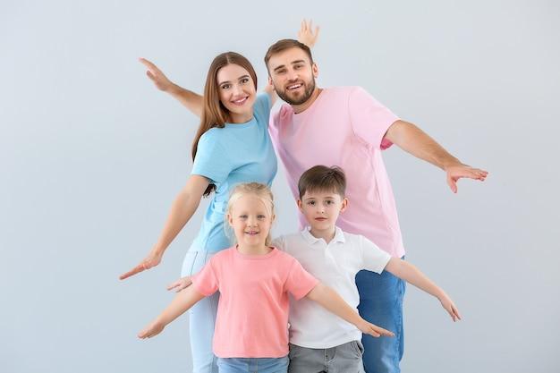 Ritratto di famiglia felice sulla luce