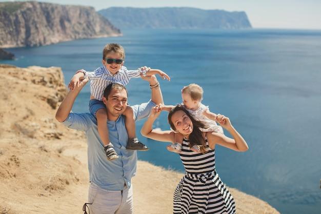 Ritratto di famiglia felice all'aperto in montagna.