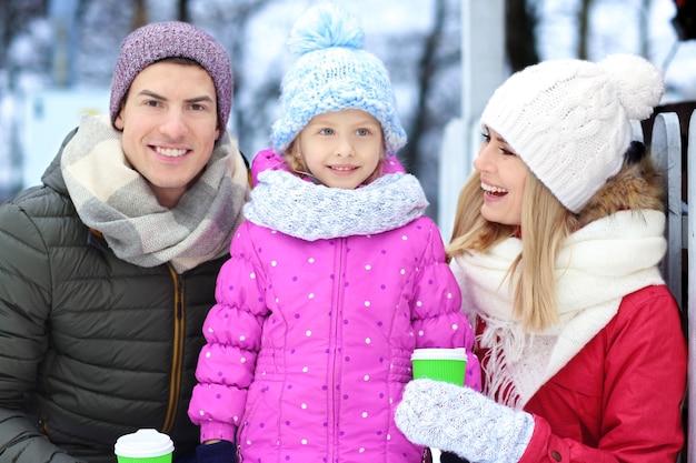 Ritratto di famiglia felice all'aperto il giorno d'inverno