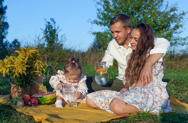 Ritratto di una famiglia felice nel parco, una foto all'aperto. servizio fotografico di famiglia