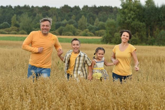 Ritratto di una famiglia felice al campo estivo