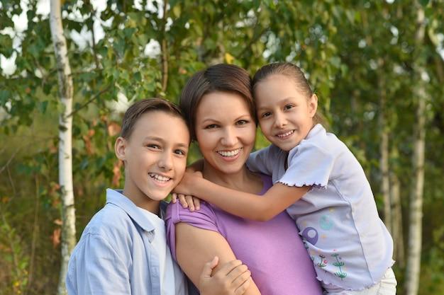 Ritratto di una famiglia felice in estate all'aperto