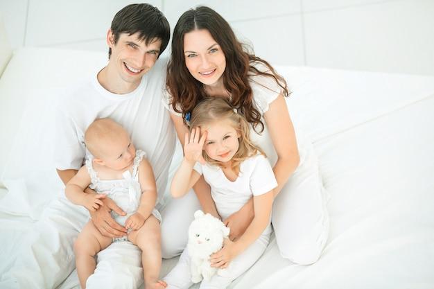 Ritratto di una famiglia felice su sfondo bianco.foto con copia spazio