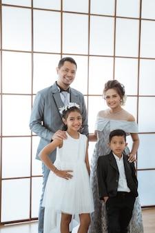 Ritratto di una famiglia felice con abiti moderni