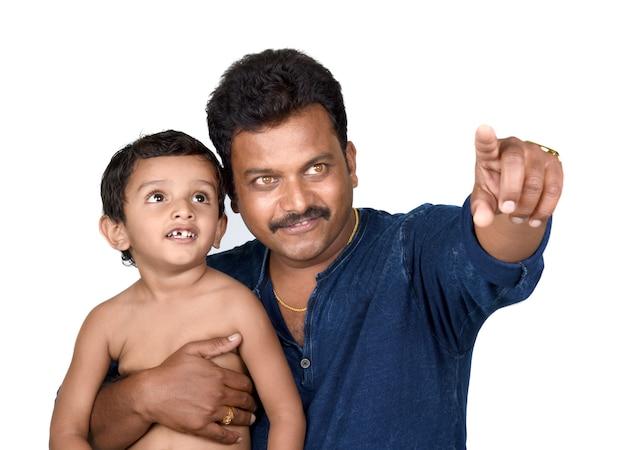 Ritratto di felice padre e figlio su uno sfondo bianco