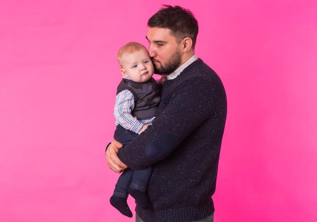 Ritratto di padre felice con un figlio bambino isolato