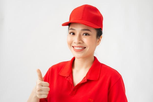 Un ritratto del servizio di consegna femminile felice che mostra il pollice in su