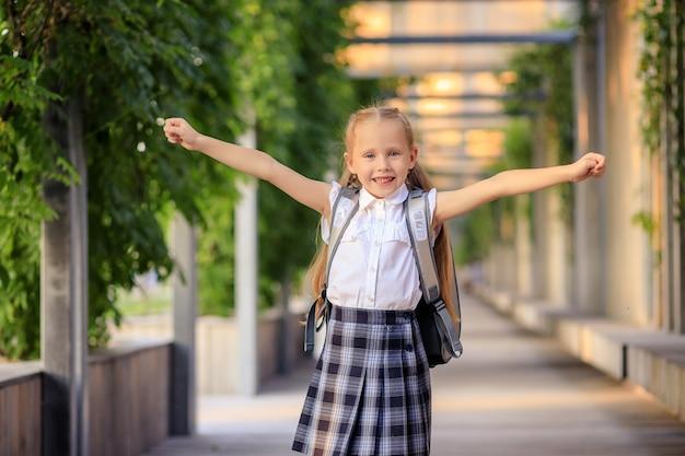 Ritratto di una studentessa felice del primo selezionatore