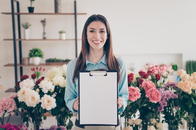 Ritratto di felice fioraio nel negozio di fiori