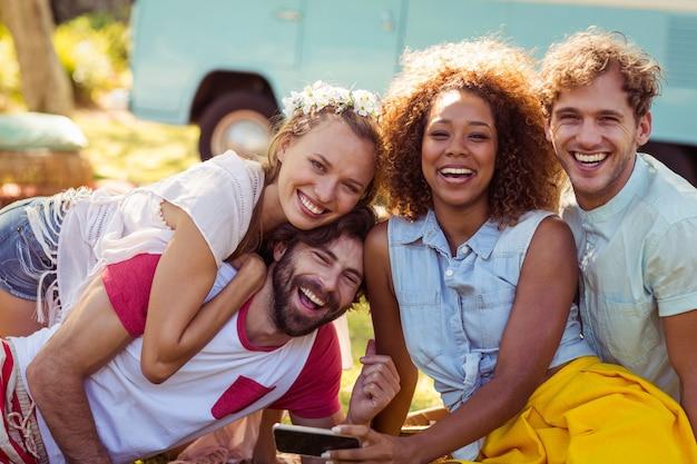Ritratto di amici felici divertirsi insieme