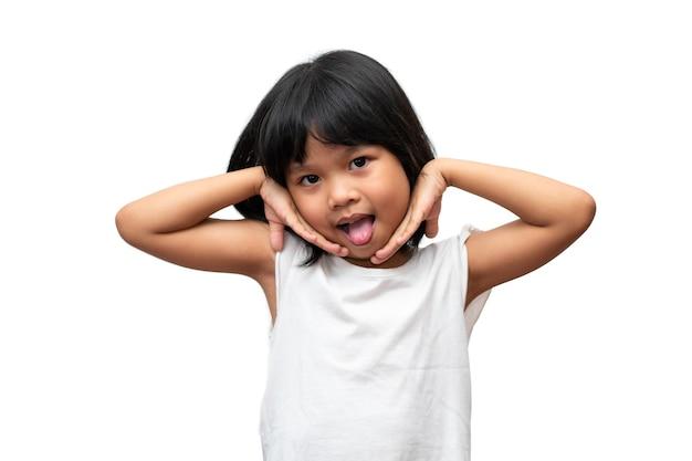 Ritratto di una bambina asiatica felice e divertente su sfondo bianco un bambino che guarda la telecamera