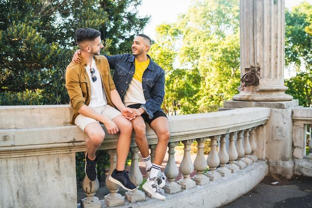 Ritratto di felice coppia gay trascorrere del tempo insieme e avere un appuntamento al parco. lgbt e concetto di amore.