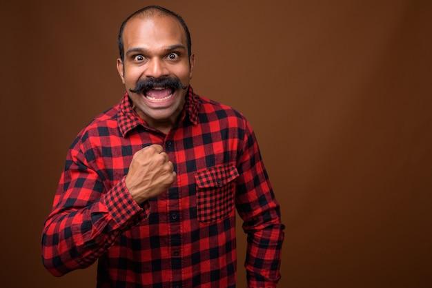 Ritratto di uomo felice hipster indiano con i baffi