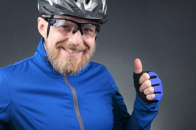 Ritratto di felice ridendo barbuto ciclista