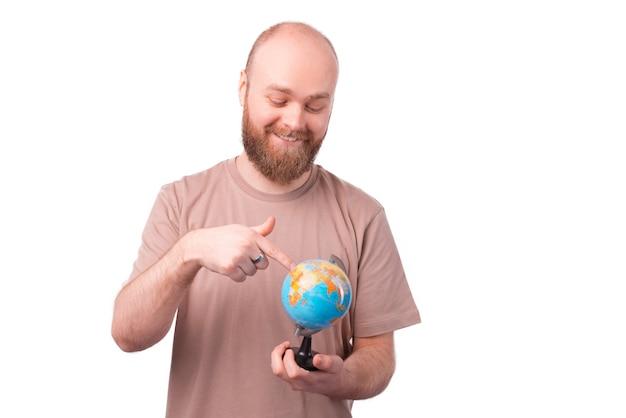 Il ritratto dell'uomo felice sta cercando un paese per viaggiare