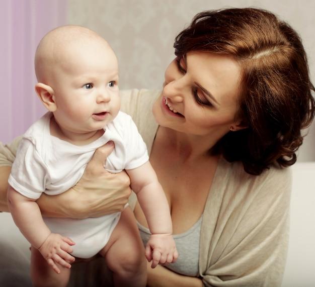 Ritratto di madre e bambino felici