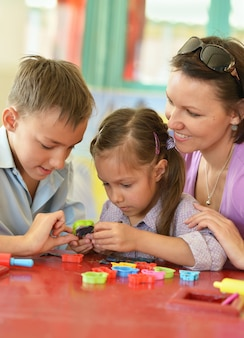 Ritratto di una madre felice che gioca con i suoi figli