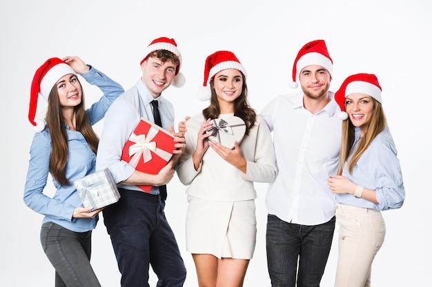 Gruppo di persone felici del ritratto con regali isolati
