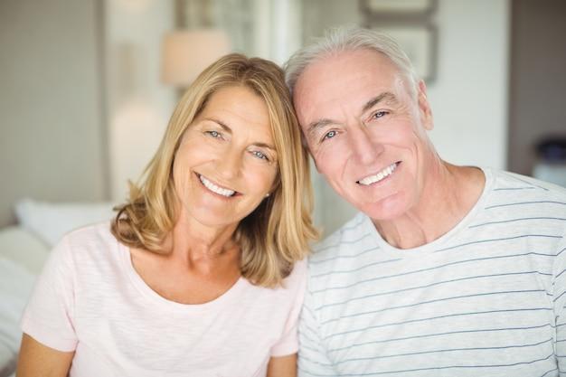 Ritratto delle coppie senior felici in camera da letto