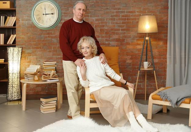Ritratto di coppia senior felice a casa