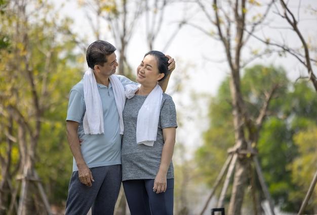 Ritratto di felice coppia senior di sport all'aperto in esecuzione