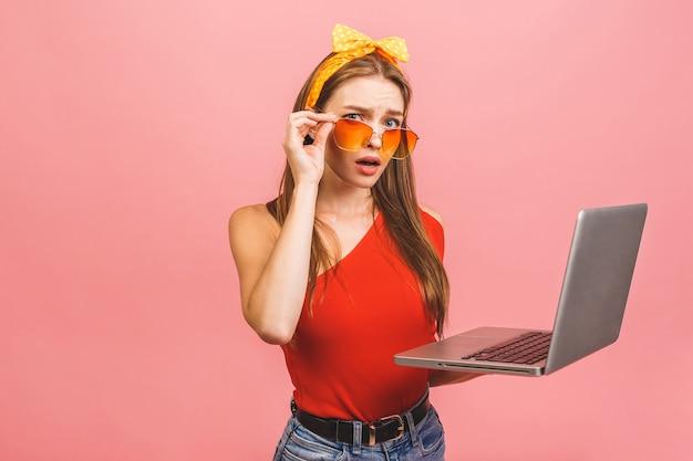 Ritratto di donna sorpresa scioccata felice in piedi con il computer portatile