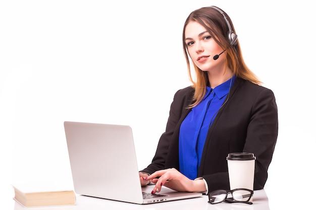 Ritratto di felice sorridente allegro bella giovane operatore telefonico di supporto in cuffia con il computer portatile, isolato sopra il muro bianco