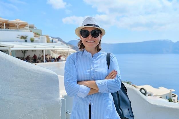 Ritratto di donna sicura sorridente felice in cappello di occhiali da sole