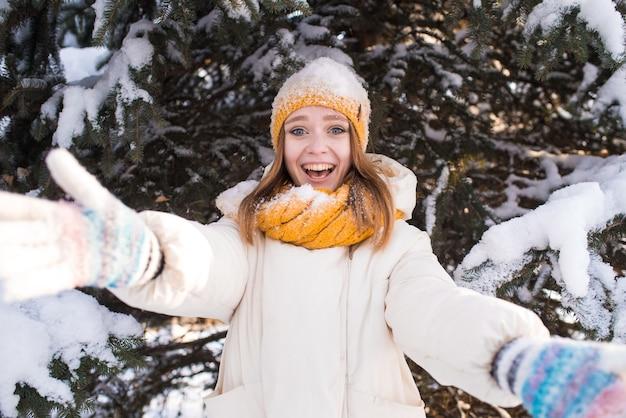 Ritratto di una ragazza sorridente felice in una giornata invernale nevosa