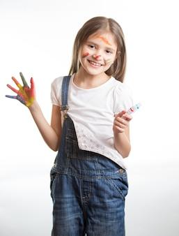 Ritratto di ragazza sorridente felice con le mani dipinte e il viso su sfondo bianco