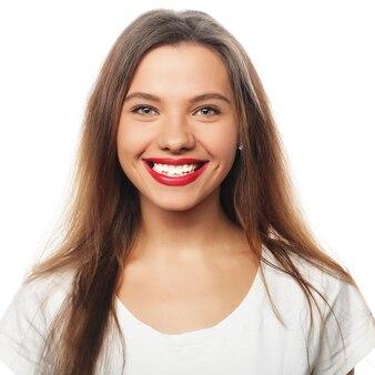 Ritratto di giovane bella donna sorridente felice, isolata sopra fondo bianco
