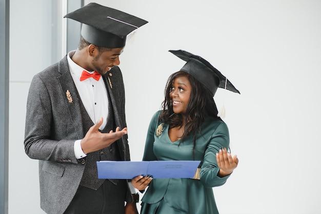 Ritratto di studenti felici in possesso di diplomi il giorno della laurea