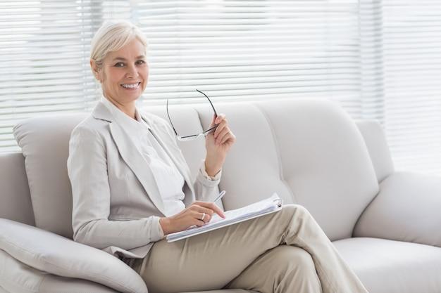 Ritratto del terapista felice in ufficio