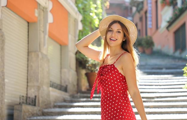 Ritratto di donna turistica di viaggio felice sulla salita serbelloni a bellagio sul lago di como. ragazza in vacanza estiva visitando una famosa destinazione turistica in italia.