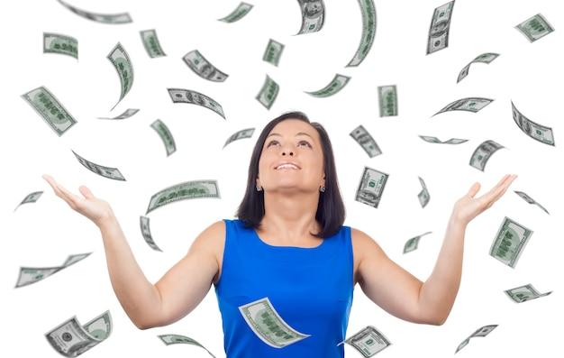 Ritratto di donna felice celebra il successo sotto una pioggia di soldi che cade banconote da un dollaro banconote su sfondo bianco