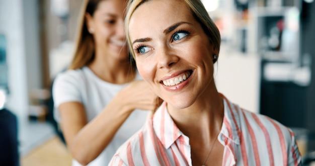 Ritratto di una donna felice dal parrucchiere