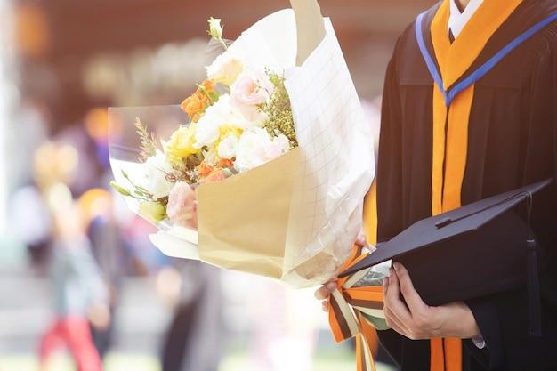 Ritratto di donna felice per il suo giorno di laurea università. istruzione e persone.
