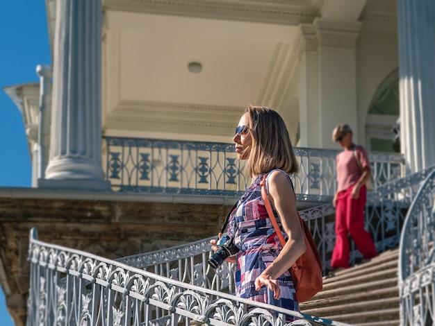 Ritratto di una donna felice che cammina nel centro della città vecchia viaggi e concetto di stile di vita attivo