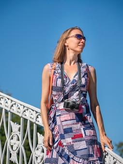 Ritratto di una donna felice che cammina nel centro della città vecchia viaggi e concetto di stile di vita attivo.