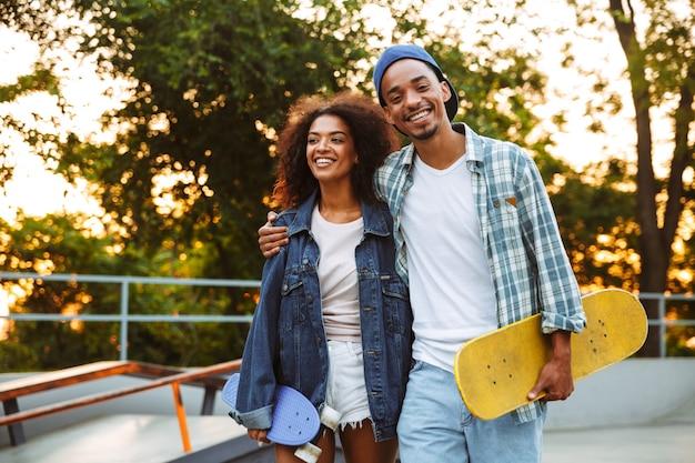 Ritratto di una giovane coppia africana felice