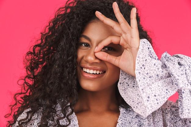 Ritratto di una giovane donna africana felice